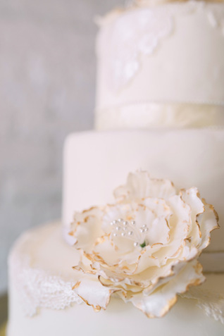 White and gold wedding cake | Sarah Hooker Photography | see more on: http://burnettsboards.com/2015/09/art-deco-wedding-asheville/