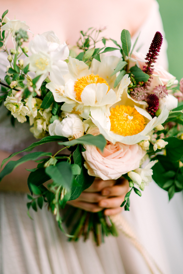 White peony and rose bridal bouquet | Olga Siyanko | see more on: http://burnettsboards.com/2015/09/lilac-lemon/