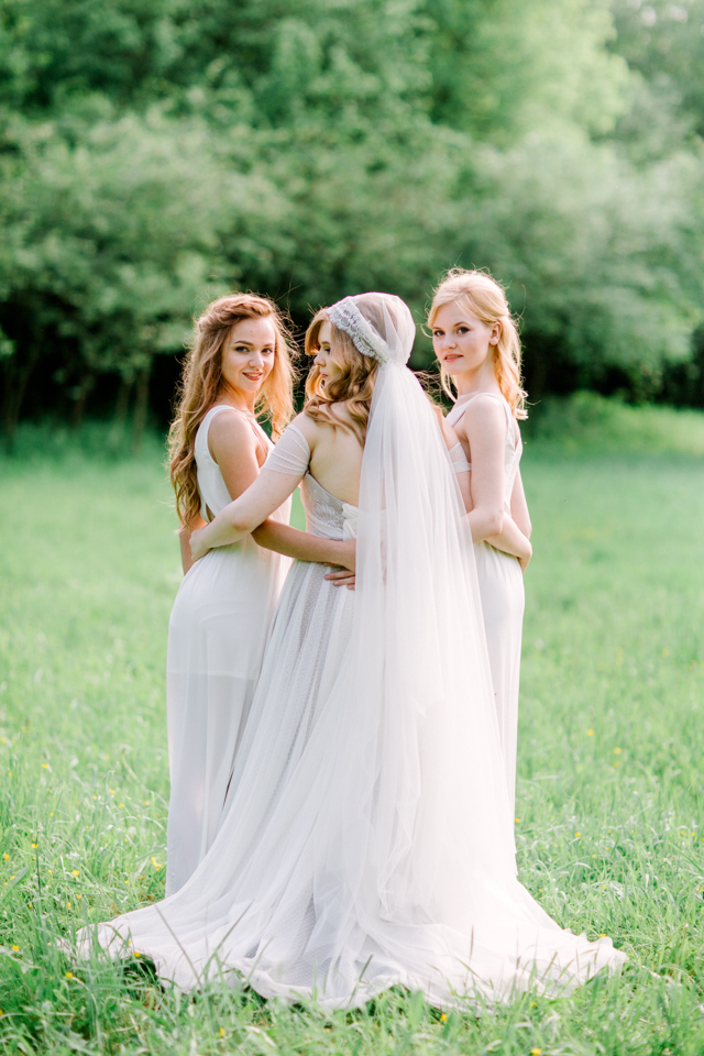 Bridesmaids and bride | Olga Siyanko | see more on: http://burnettsboards.com/2015/09/lilac-lemon/