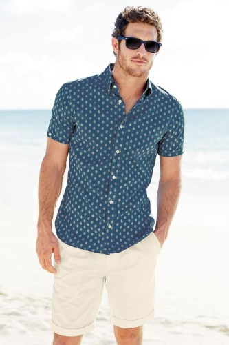 relaxed-yet-stylish-men-vacation-outfits-1