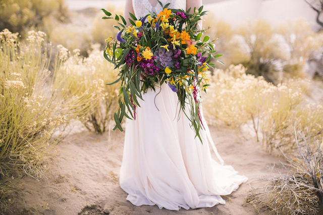 Oversized bridal bouquet | Green Blossom Photography | see more on: http://burnettsboards.com/2015/10/sand-dunes-national-park-wedding/
