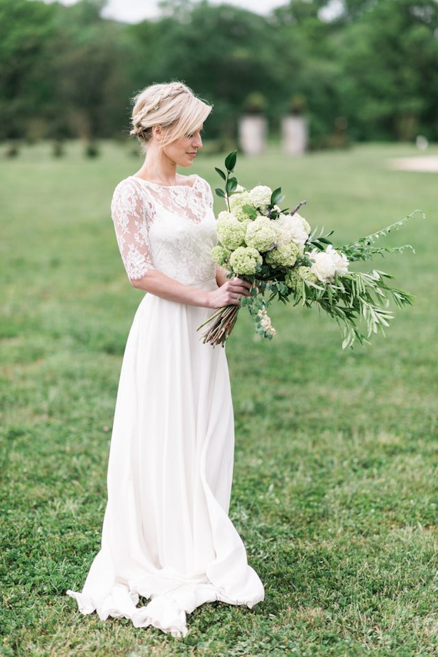 Oversized bridal bouquet | Joy Michelle Photography | see more on: http://burnettsboards.com/2015/10/windswept-wedding-inspiration/