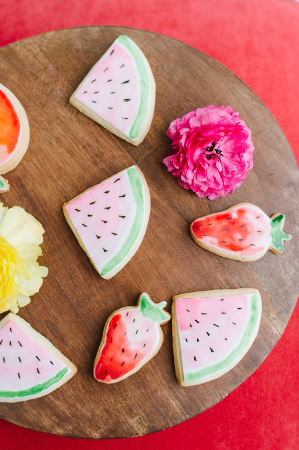 summer cookies - photo by Natalie Franke http://ruffledblog.com/vintage-hot-air-balloon-wedding