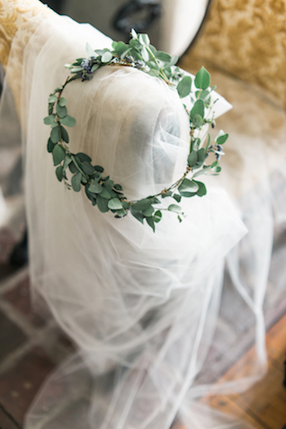 Leaf crown | Joy Michelle Photography | see more on: http://burnettsboards.com/2015/10/windswept-wedding-inspiration/