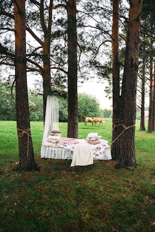 Suspended outdoor bed | Yulia Otroschenko Photography | see more on: http://burnettsboards.com/2015/10/pre-wedding-love-story/