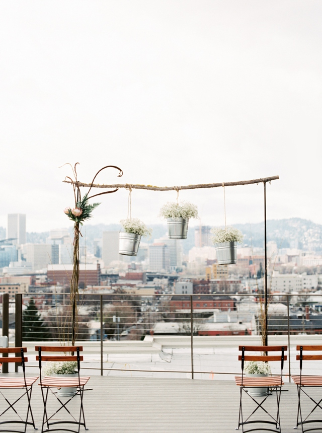Rooftop wedding ceremony | Christa Taylor Photography | see more on: http://burnettsboards.com/2015/11/urban-industrial-rooftop-wedding/