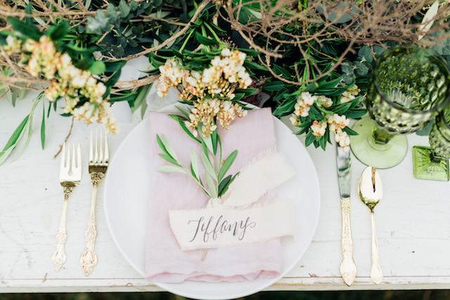 Modern rustic place setting | Sharon Nicole Photography | see more on: http://burnettsboards.com/2015/11/modernly-rustic-texas-hill-country-wedding/