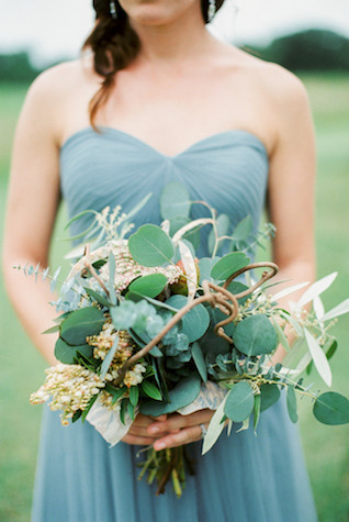 Modern rustic bridesmaids' bouquet | Sharon Nicole Photography | see more on: http://burnettsboards.com/2015/11/modernly-rustic-texas-hill-country-wedding/