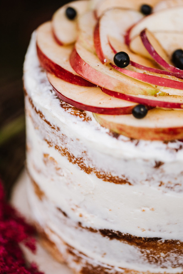 cake with apple slices - photo by Annmarie Swift Photography http://ruffledblog.com/autumn-orchard-romance-inspiration-shoot