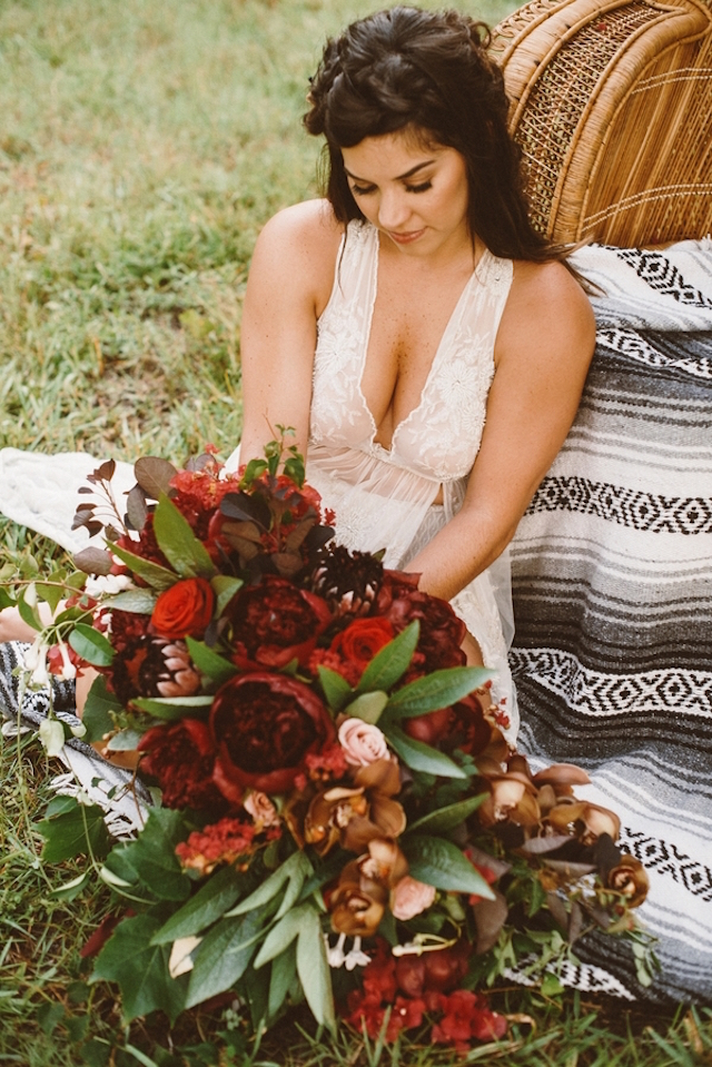 Marsala bridal bouquet | Jessi Field Photography | see more on: http://burnettsboards.com/2015/11/stylish-elopement-wedding/