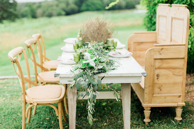Rustic tables cape | Sharon Nicole Photography | see more on: http://burnettsboards.com/2015/11/modernly-rustic-texas-hill-country-wedding/