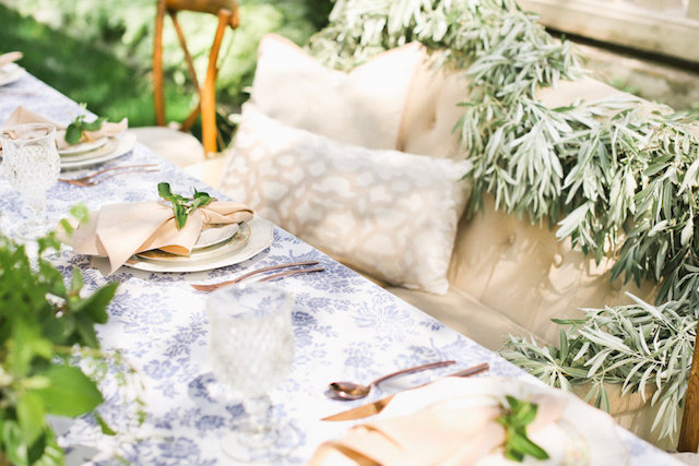 French wedding tablescape | Ivy & Stone Photography | see more on: http://burnettsboards.com/2015/11/world-european-romance-themed-wedding/