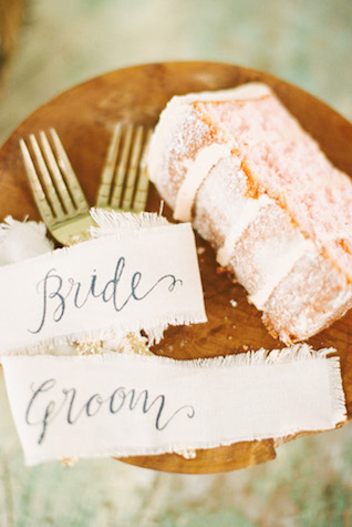 Cake and calligraphy | Sharon Nicole Photography | see more on: http://burnettsboards.com/2015/11/modernly-rustic-texas-hill-country-wedding/