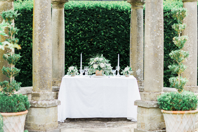 Grecian garden wedding reception | Bowtie and Belle Photography | see more on: http://burnettsboards.com/2015/12/grecian-garden-wedding-inspiration/