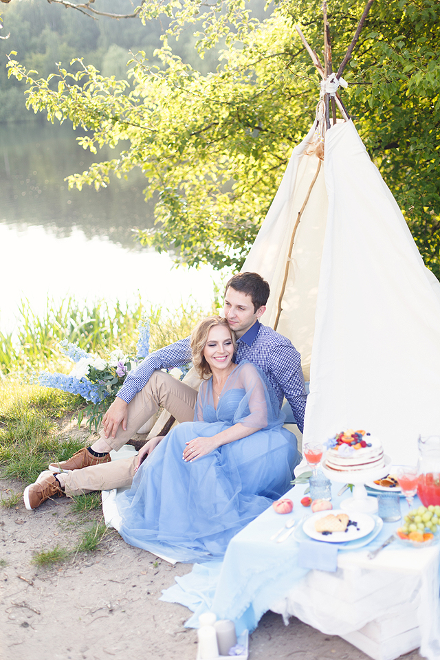 Teepee engagement shoot | Stasya Dementyeva Photography | see more on: http://burnettsboards.com/2015/12/sky-inspired-engagement/