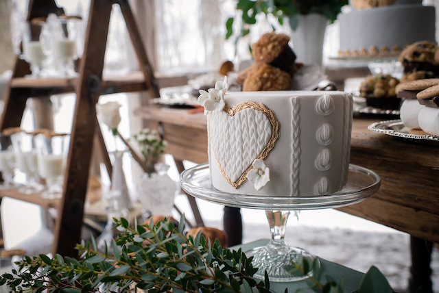 Cable knit cake | Lovely Peonies Photography | see more on: http://burnettsboards.com/2015/12/cozy-winter-wedding-knit-details/