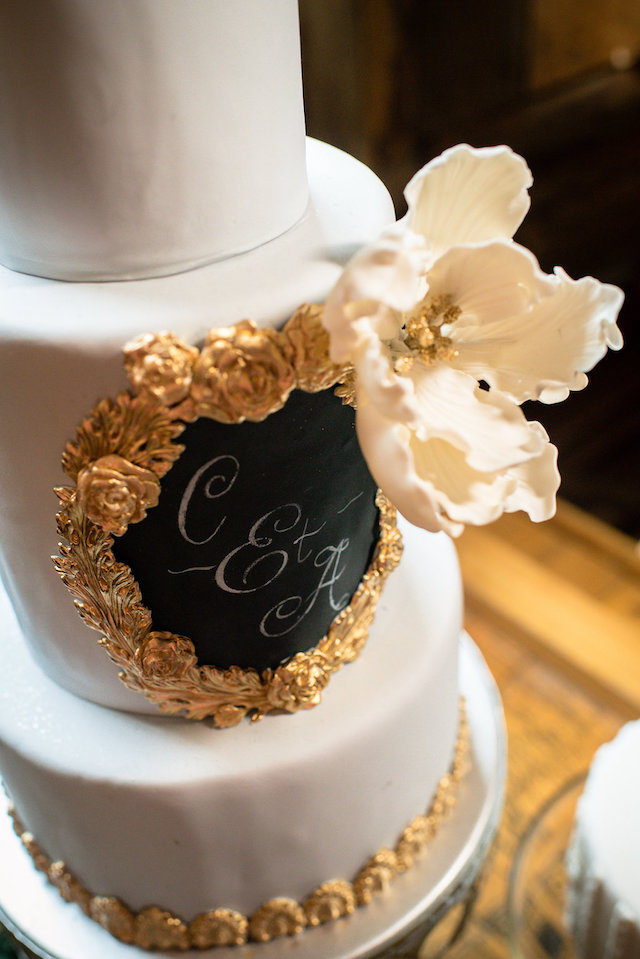 Chalkboard wedding cake | Lovely Peonies Photography | see more on: http://burnettsboards.com/2015/12/cozy-winter-wedding-knit-details/