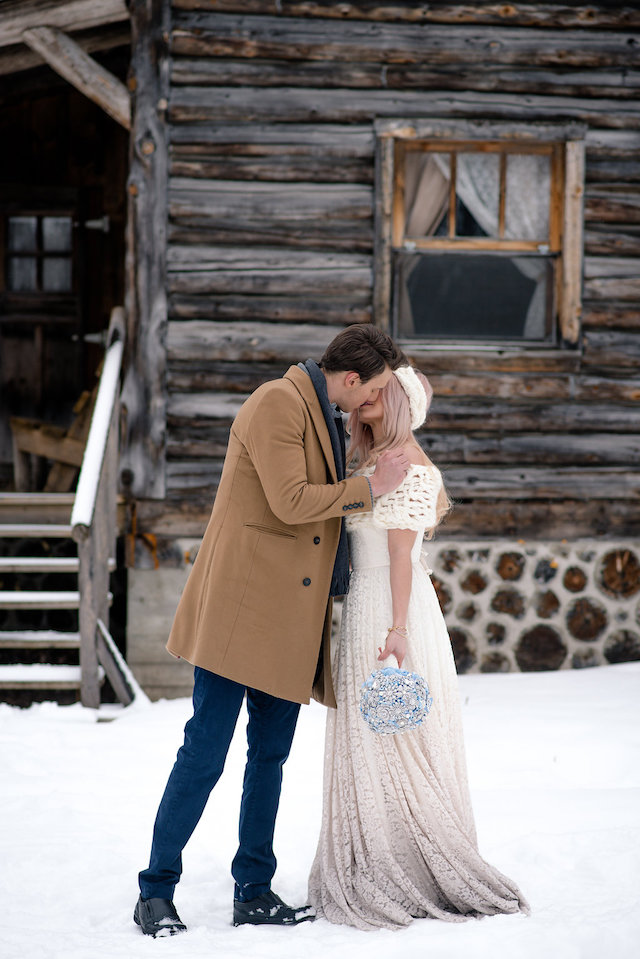 Cozy winter wedding | Lovely Peonies Photography | see more on: http://burnettsboards.com/2015/12/cozy-winter-wedding-knit-details/