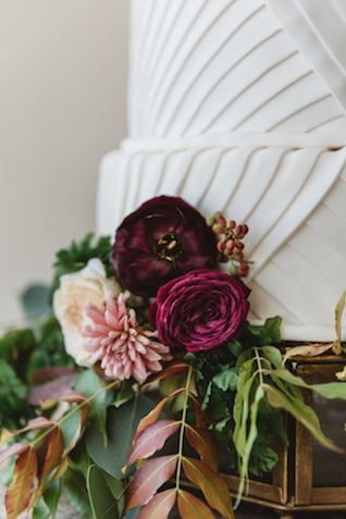 Fresh flowers cake adornment | Cari Courtright Photography | see more on: http://burnettsboards.com/2015/12/vintage-glam-bridal-boudoir/
