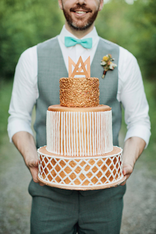 Bronze wedding cake | Kristyn Hogan and Cedarwood Weddings | see more on: http://burnettsboards.com/2015/12/yellow-metallic-mod-wedding/