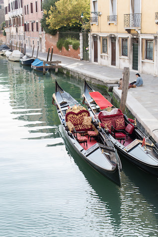 Venice gondolas | Tyler Rye and My Italian Wedding Planner | see more on: http://burnettsboards.com/2015/11/mint-pink-styled-shoot-venice/