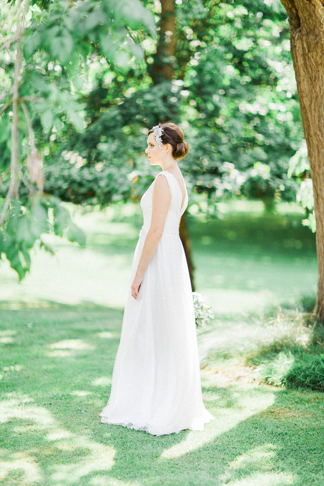 Greek goddess wedding dress | Bowtie and Belle Photography | see more on: http://burnettsboards.com/2015/12/grecian-garden-wedding-inspiration/
