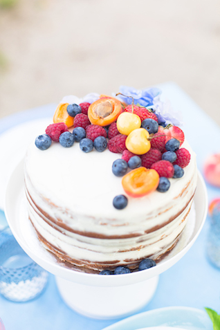 Berry topped cake | Stasya Dementyeva Photography | see more on: http://burnettsboards.com/2015/12/sky-inspired-engagement/