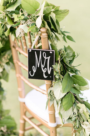 MR chair sign with greenery garland | Audrey Rose Photography | see more on: http://burnettsboards.com/2016/01/masters-golf-tournament-inspired-wedding/