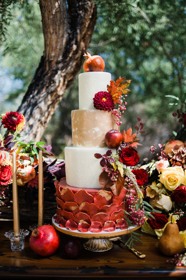 fall wedding cake - photo by Brittany Michelle Photographer http://rufflebdlog.com/best-of-2015-wedding-cakes