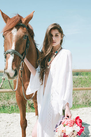 Boho bride with a horse | Studio Ohlala | see more on: http://burnettsboards.com/2016/01/el-dorado-wedding-editorial/