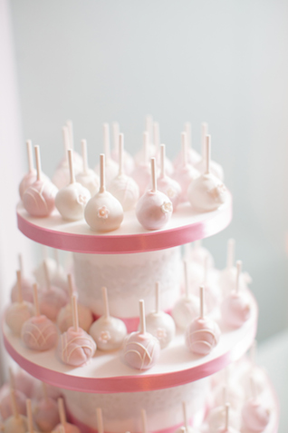 Dainty cake pops | Jessica Haley Photography | @aislesociety | see more on: http://burnettsboards.com/2016/01/aisle-society-debut-sponsored-minted/