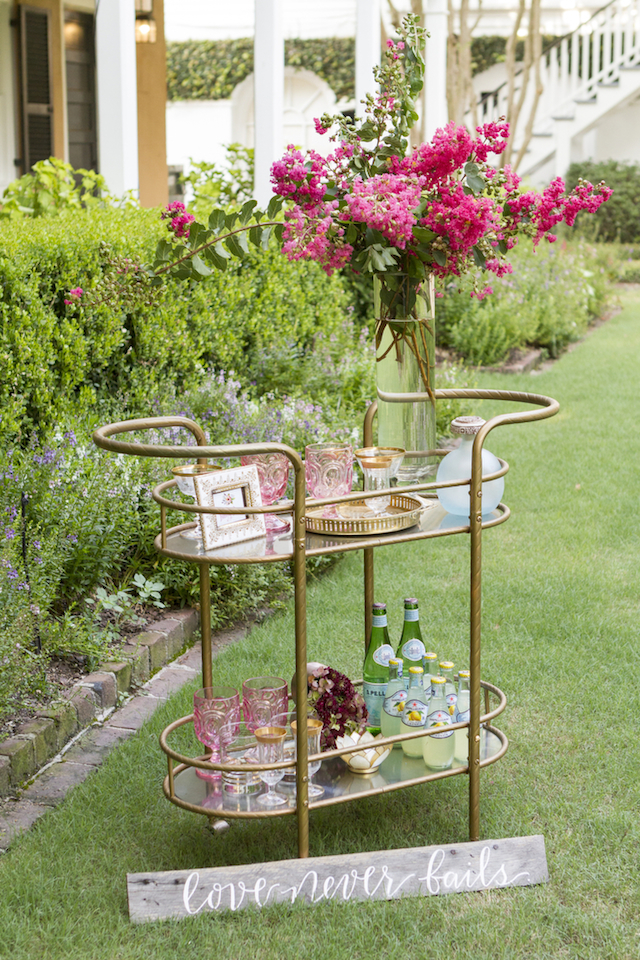 Chic bar cart for a garden glam wedding | Gillian Ellis Photography | see more on: http://burnettsboards.com/2016/01/unique-garden-glam-bridal-session/