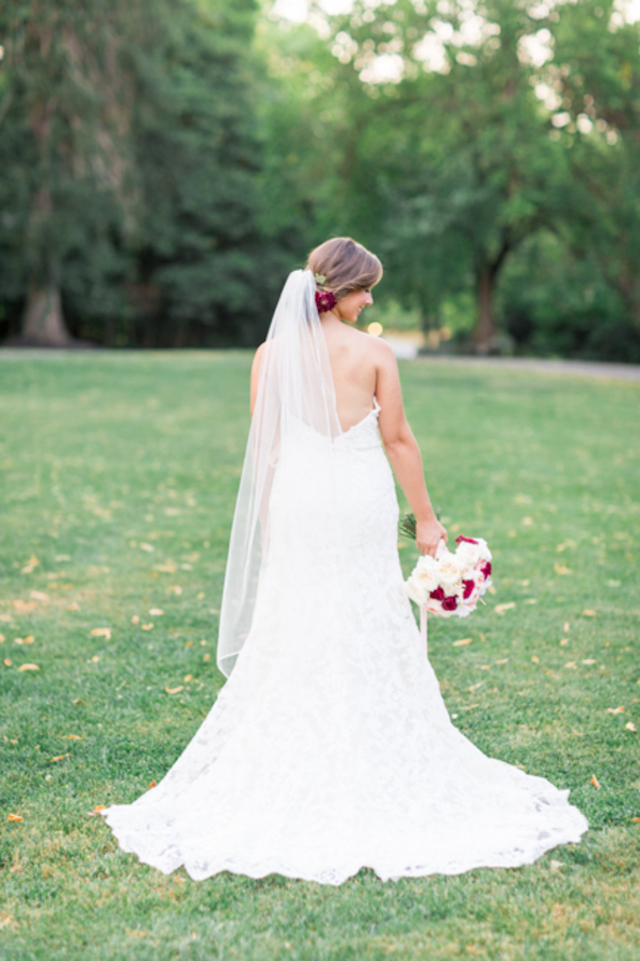 Classic wedding dress with long veil | Jessica Green Photography | see more on: http://burnettsboards.com/2016/02/sweetly-sentimental-red-wedding/