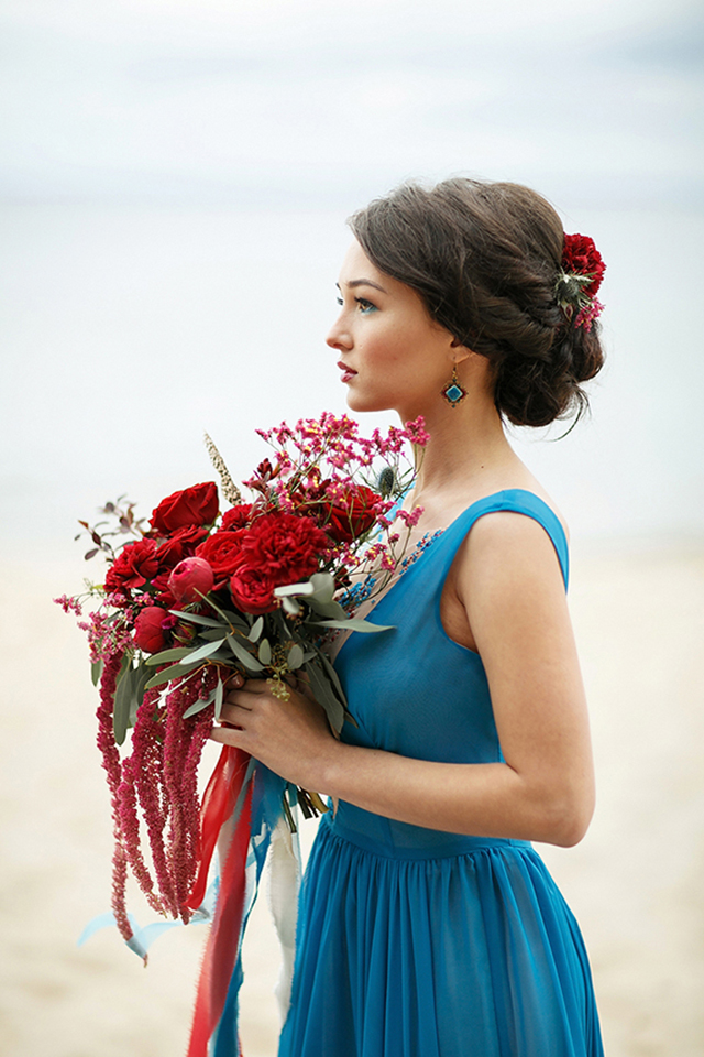 Red bridal bouquet | Sergey Bulychev and Sergey Ulanov | see more on: http://burnettsboards.com/2016/02/free-wind-beach-wedding-editorial/