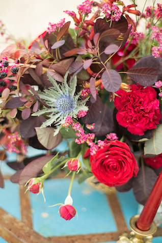 Thistle and red floral centerpiece | Sergey Bulychev and Sergey Ulanov | see more on: http://burnettsboards.com/2016/02/free-wind-beach-wedding-editorial/