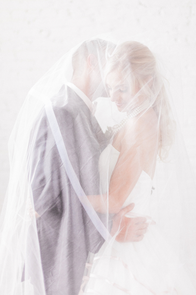 Under the veil kiss | Sara Lynn Photographic | see more on: http://burnettsboards.com/2016/02/pink-gold-geometric-wedding/
