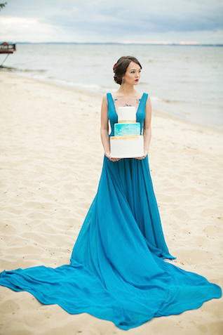 Painted turquoise and gold wedding cake | Sergey Bulychev and Sergey Ulanov | see more on: http://burnettsboards.com/2016/02/free-wind-beach-wedding-editorial/