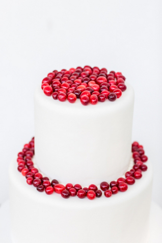 Cranberry topped wedding cake | Jessica Green Photography | see more on: http://burnettsboards.com/2016/02/sweetly-sentimental-red-wedding/