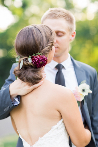 Chic undo with flowers for a wedding | Jessica Green Photography | see more on: http://burnettsboards.com/2016/02/sweetly-sentimental-red-wedding/