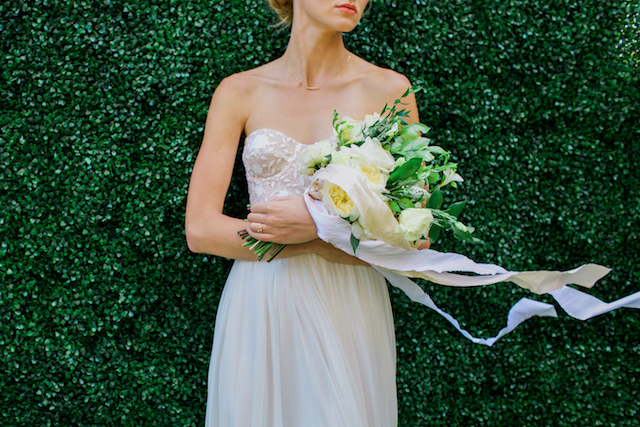 Off white bridal bouquet | Mandy Forlenza Sticos and Maria Cascio Photography | see more on: http://burnettsboards.com/2016/02/airy-paper-factory-hotel-bridals/