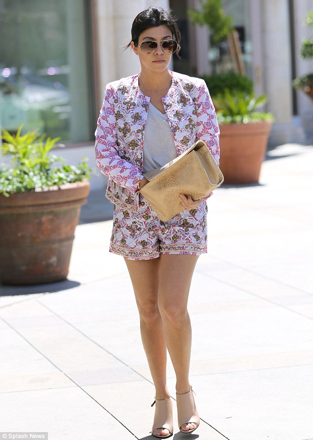 Outfits with floral shorts (2)