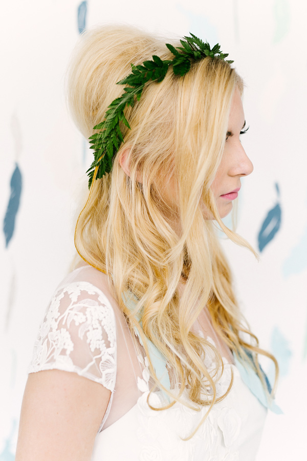 retro inspired hair - photo by Emily Chidester Photography DIY by Studio Cultivate for Ruffled http://ruffledblog.com/diy-paper-feather-backdrop