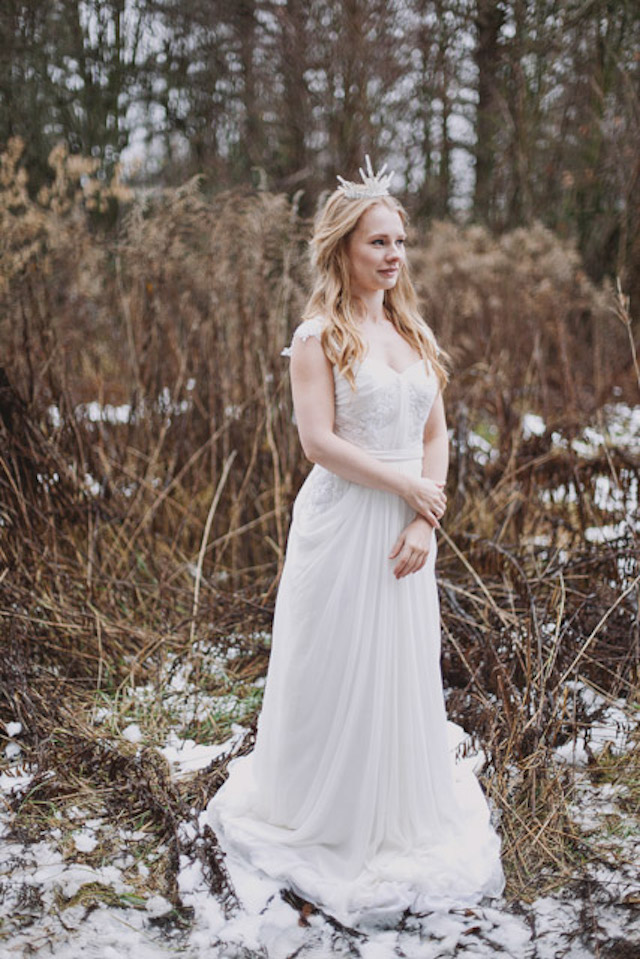 Winter bride and crown Photographer: Elina Sazonova |Burnett's Boards