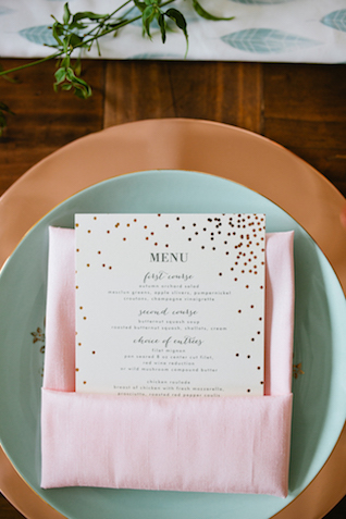 Rose gold charger plates | Betsi Ewing Photography | @AisleSociety and @Minted | #aislesociety #MintedWeddings #ASforMinted #styledbyaislesociety