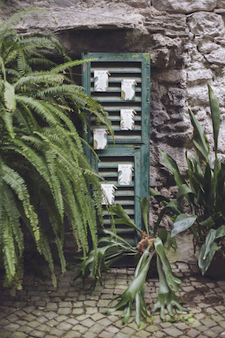 Seating chart on green shutters | Photography by Tiziana Gallo | Burnett's Boards