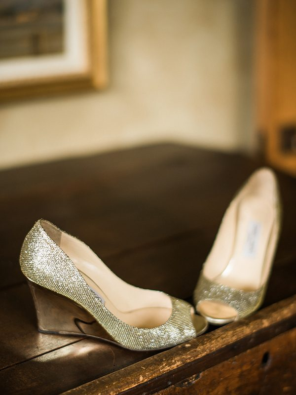 gold wedding shoes photo by Ryan Flynn Photography http://ruffledblog.com/walla-walla-vineyard-wedding