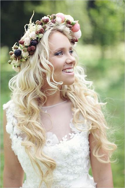 Charming bridal crown with blackberries