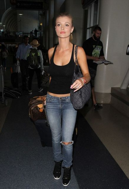 Travel look with black shirt, low slung jeans and sneakers