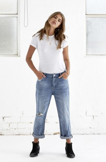 Simple look with calssic white t shirt and low slung jeans