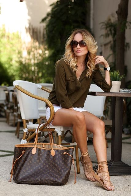 Look with white shorts and lace up sandals